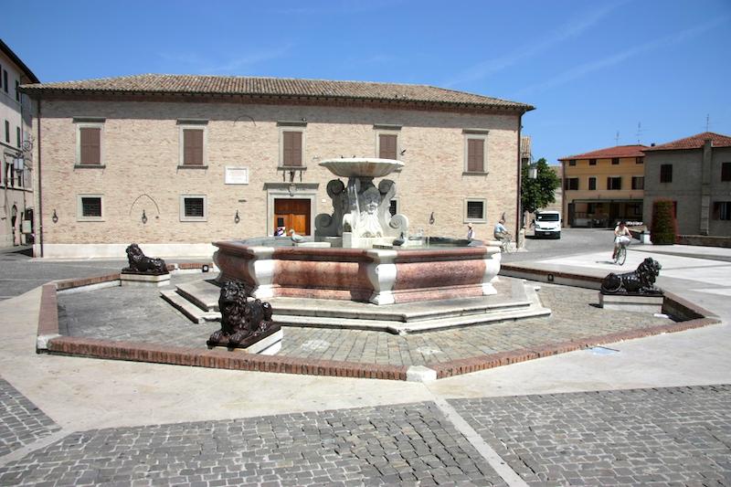 Fontana delle Anatre (eendenfontein) op Piazza del Duca in Senigallia