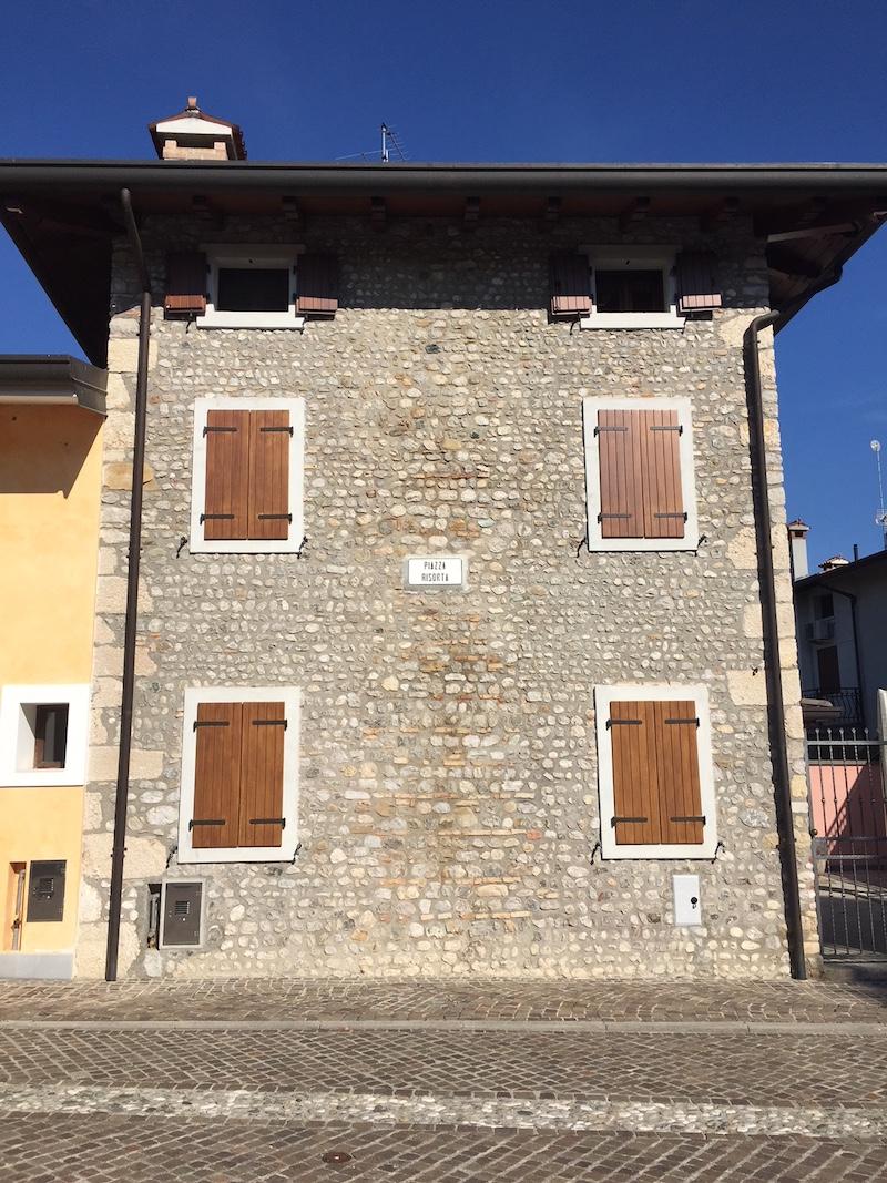 Gesloten luiken bij het voormalige huis van Fortuyn in Provesano