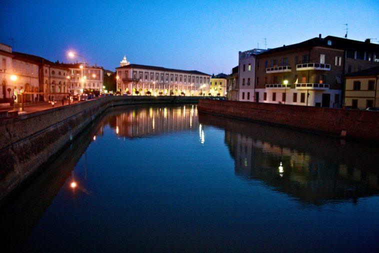 Senigallia bij avond aan de Misa-rivier