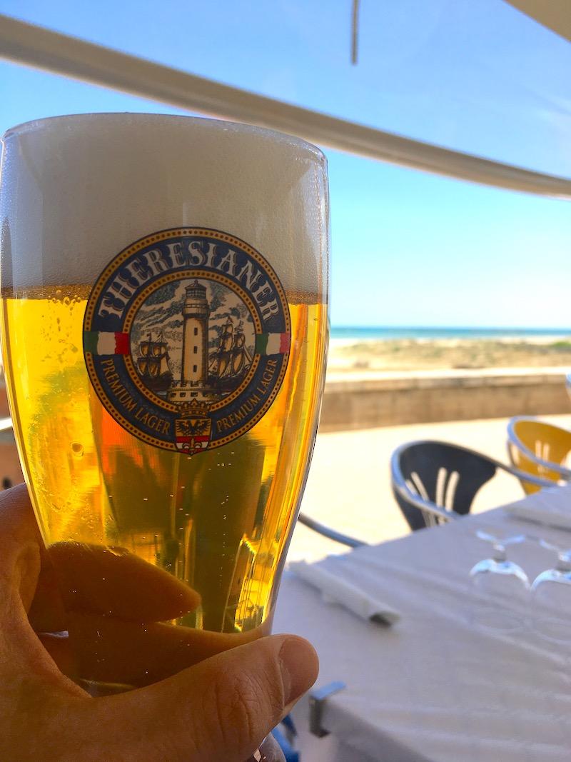 Met een biertje genieten aan het strand van Senigallia