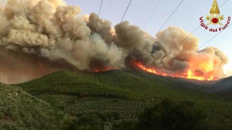 De Monte Serra bij Pisa staat in brand