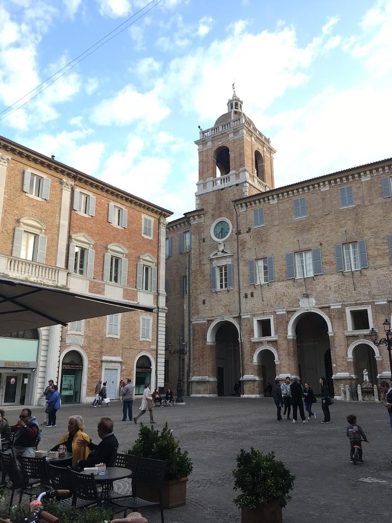 Piazza Roma met het stadhuis van Senigallia