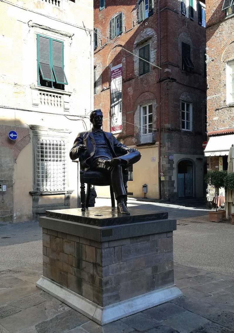 Het standbeeld van Puccini in Lucca