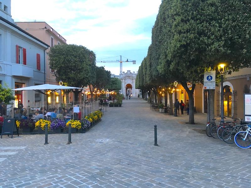 Gezellige straatjes met cafés en eetgelegenheden in het voetgangersgebied