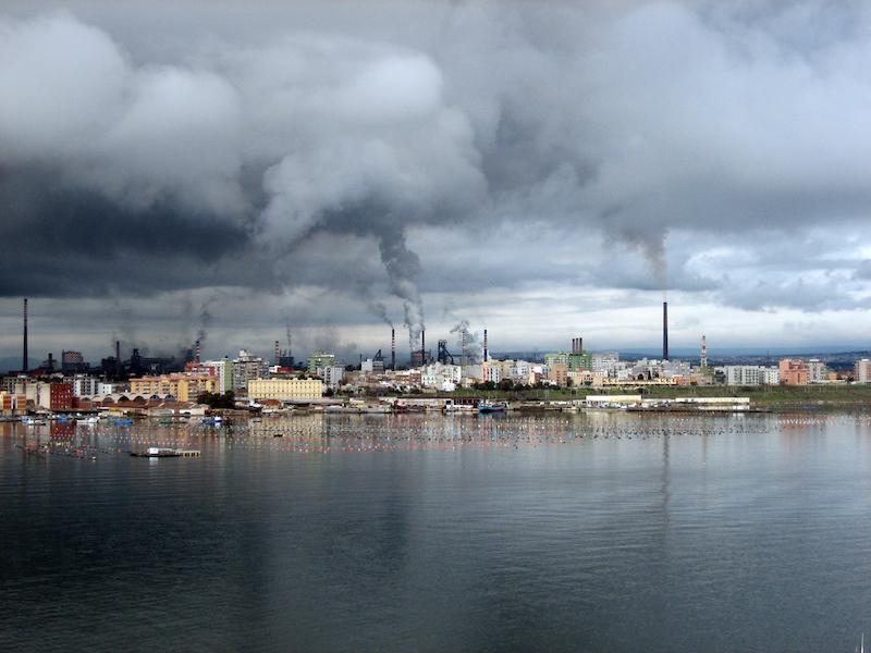 Zicht op het industriële hart van Taranto