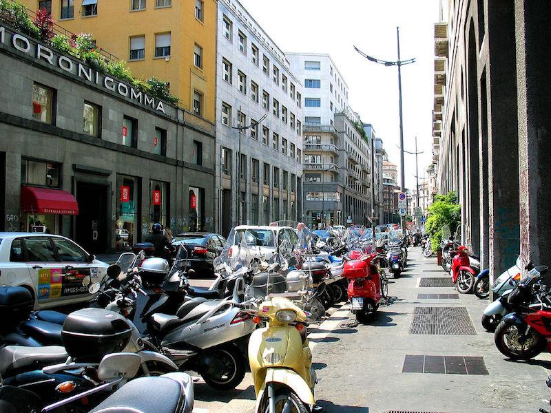 De scooter is een populair vervoermiddel in Milaan
