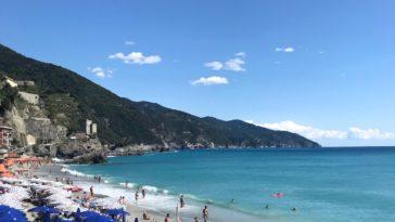 Parasols en ligbedden op het strand van Monterosso al Mare