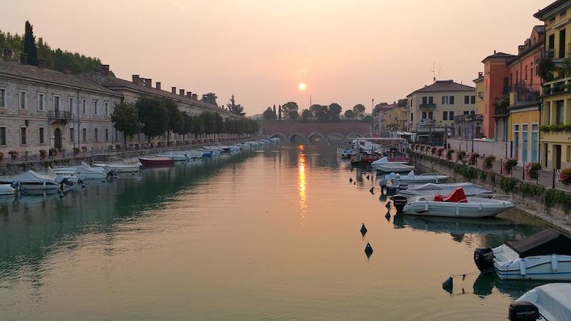 Mooi plaatje van de stad Peschiera