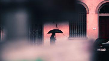 Afkicken van de zon in regenachtig Italië