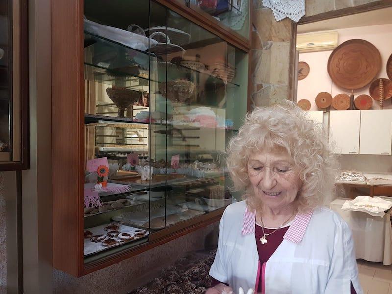 Eén van de gezusters Piccioni in de winkel