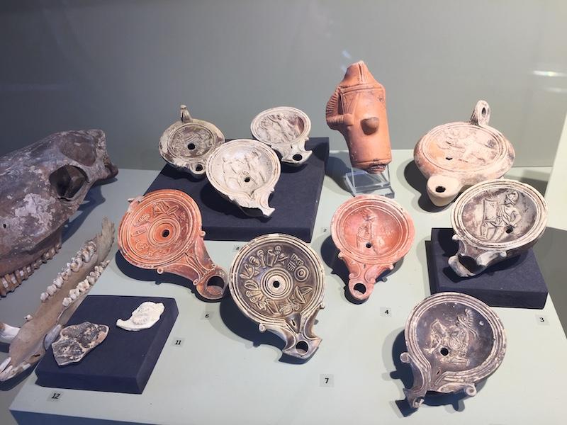 Archeologische vondsten in het Colosseum: lucernae (olielampjes)