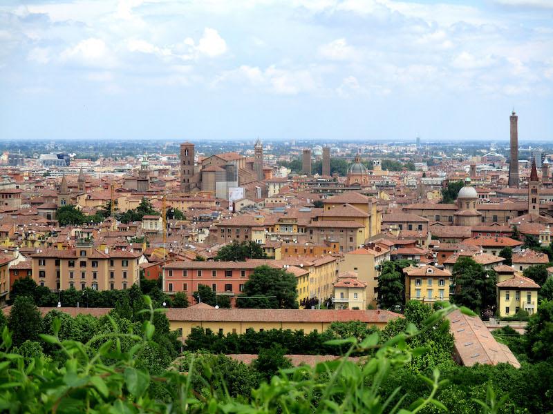 Bologna: uitzicht vanaf Piazza San Michele in Bosco