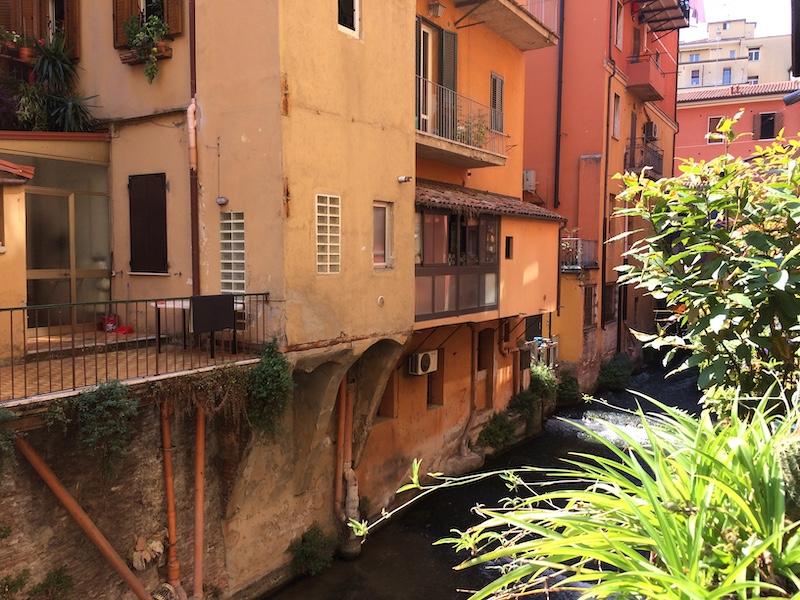 Onder de stad loopt een netwerk van kleine kanaaltjes dat op sommige plekken zichtbaar is