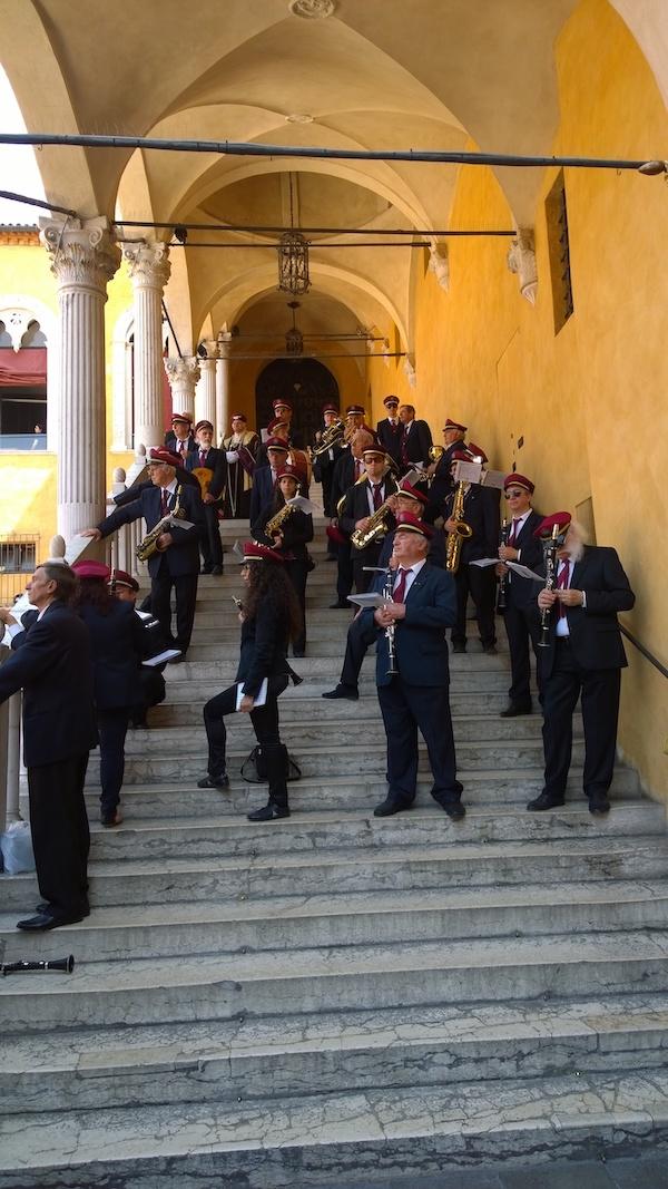 Op de trappen van Castello Estense worden er verrast door een concert