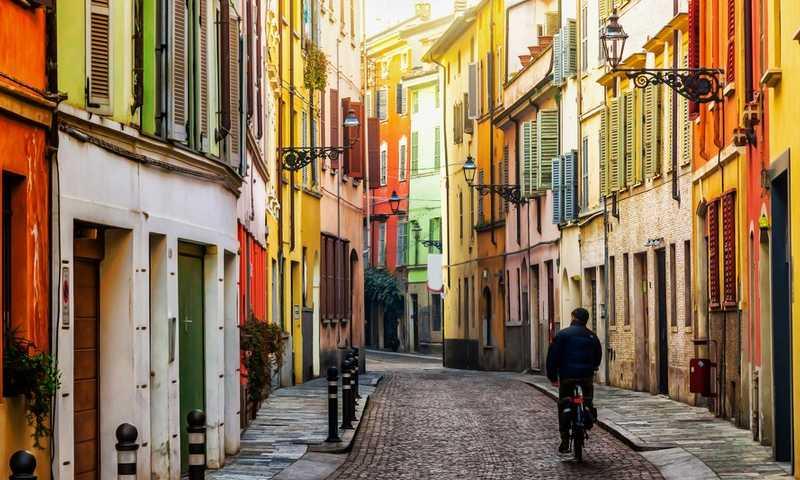 De kleurrijke straatjes van Parma