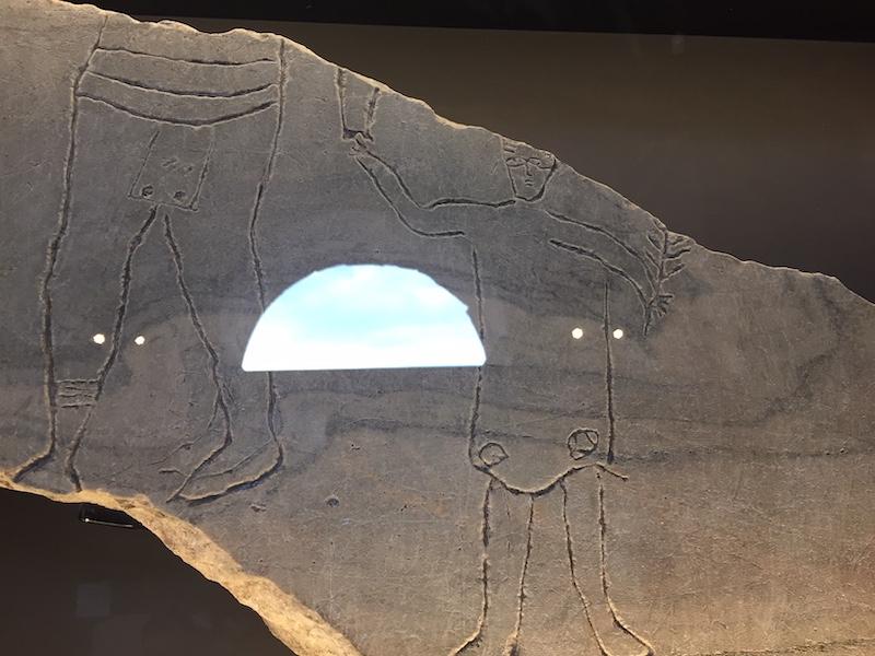 Uniek graffito: man met kind in het Colosseum