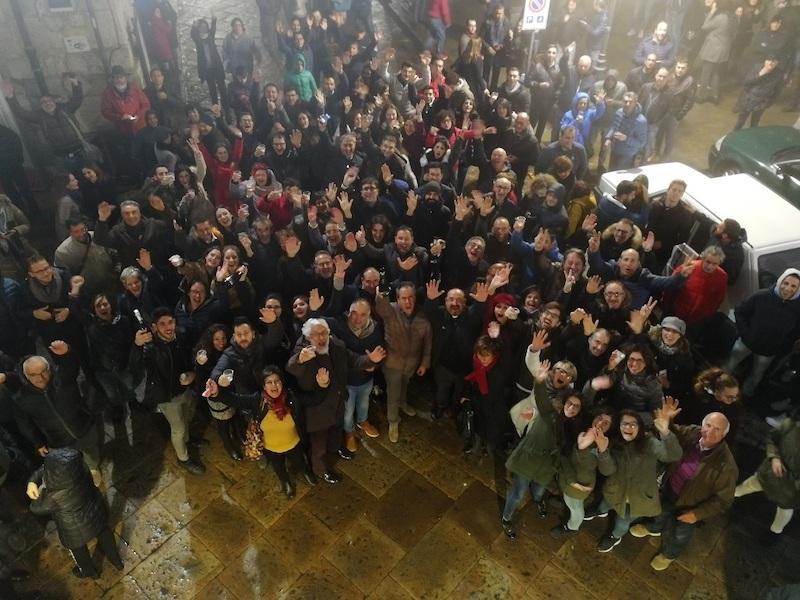 De overwinning wordt gevierd op het piazza van Petralia Soprana
