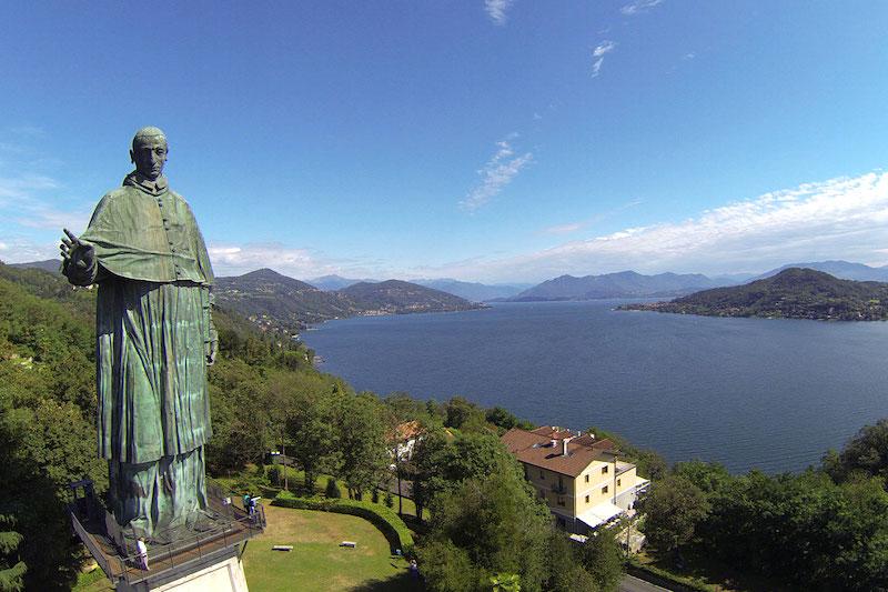 Een prachtig uitzicht over het Lago Maggiore vanaf het standbeeld van San Carlo Borromeo