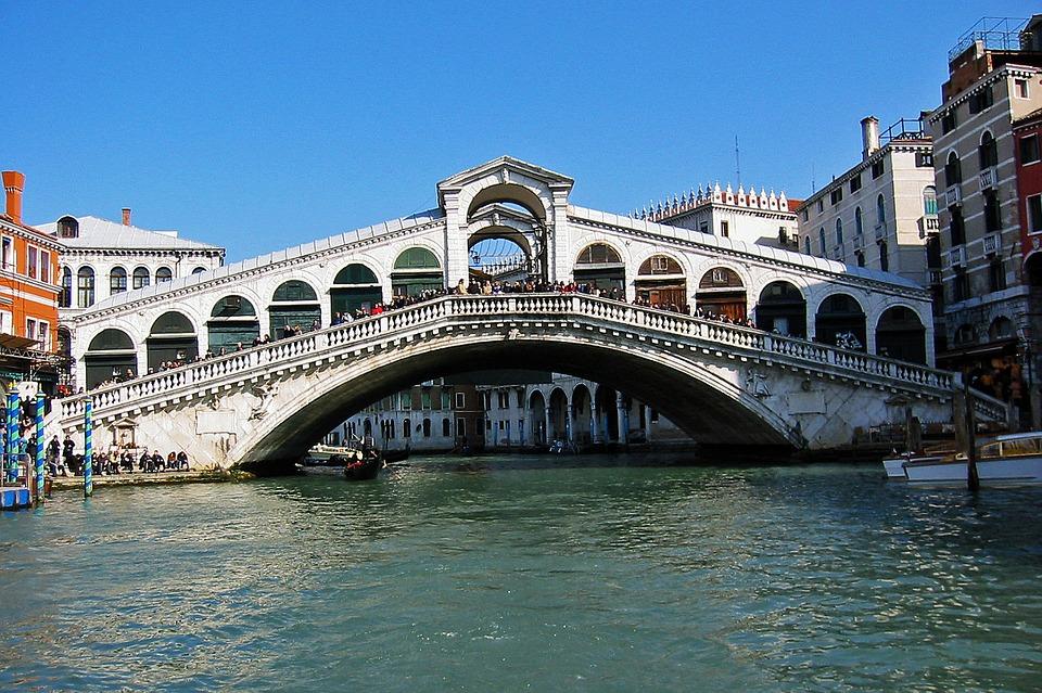 De Rialtobrug in het Canal Grande