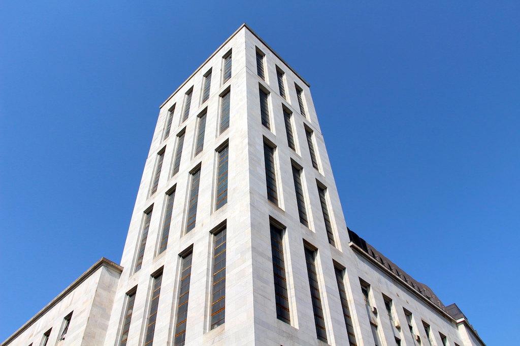 Geveldetail van het Paleis van Justitie in Milaan