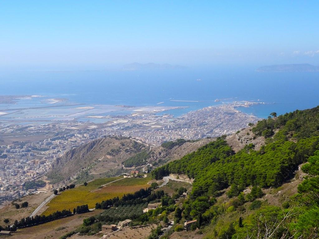 Zicht op de zoutvlakten van West-Sicilië
