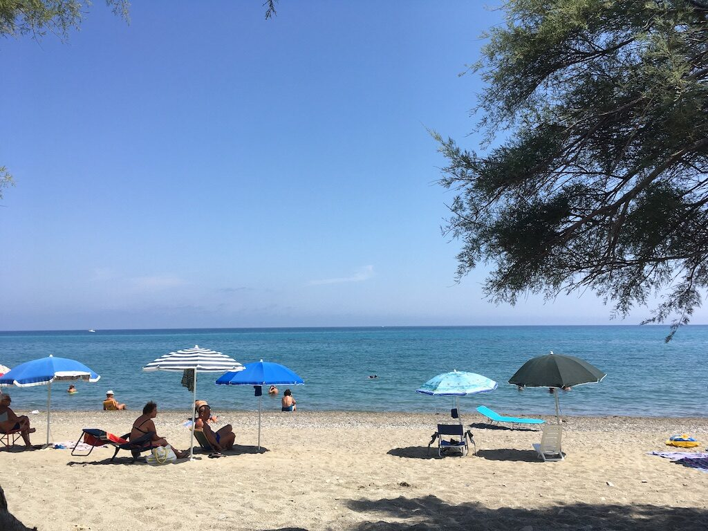 Strand en parasols in Calabrië