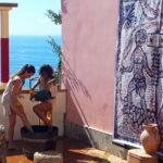 2 mooie druivenpersters tijdens het Druivenfeest op Elba