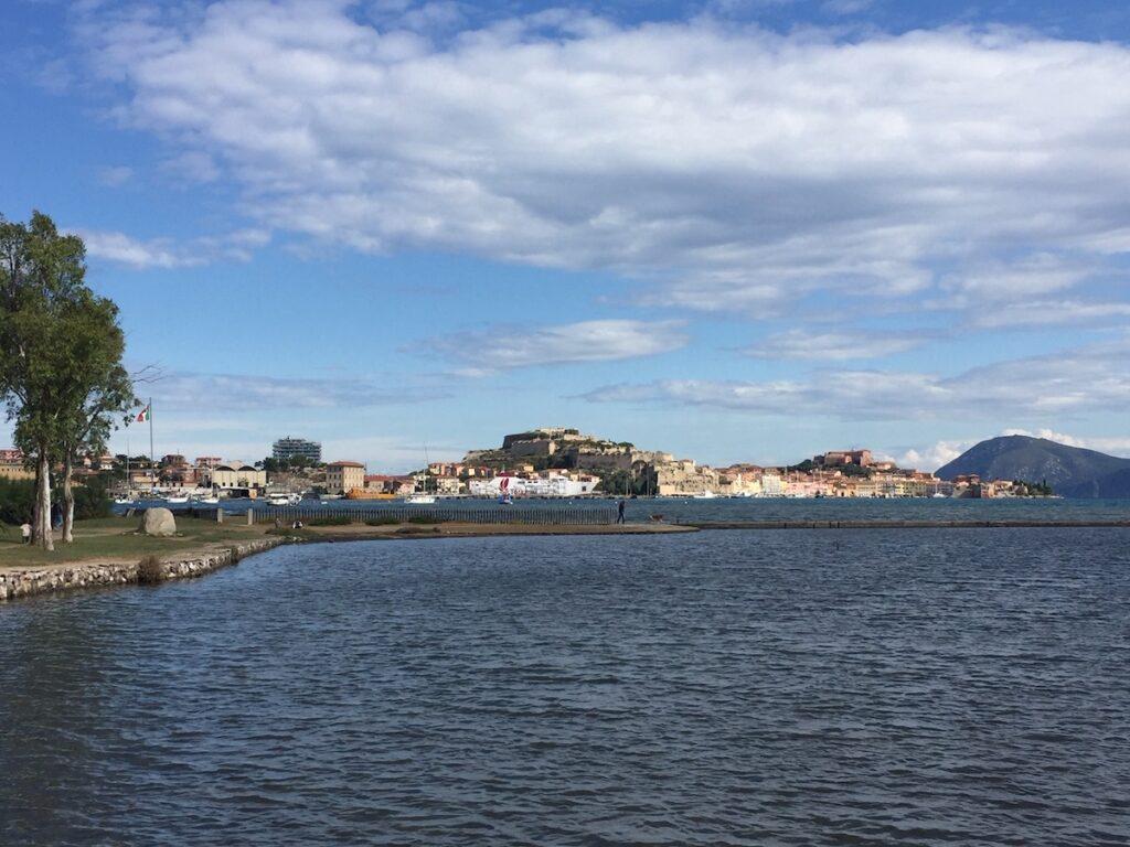 Zicht op Portoferraio, de hoofdstad van Elba
