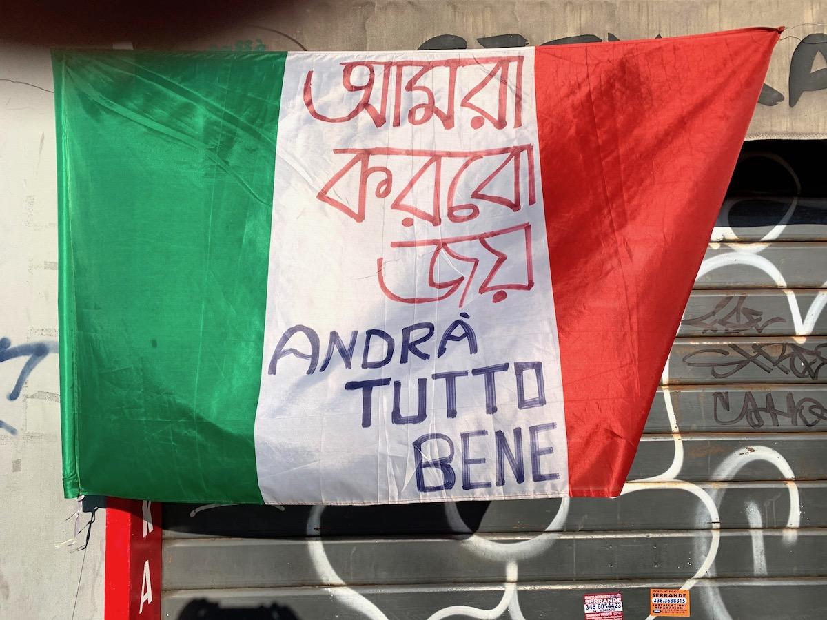 Italiaanse vlag met het opschrift 'Alles komt goed'