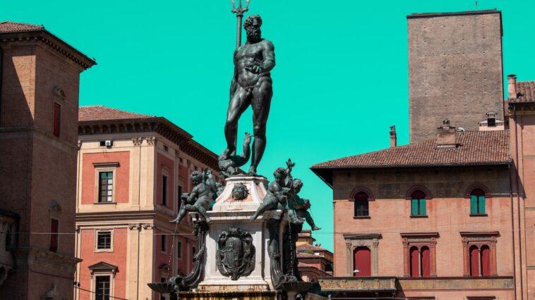 Standbeeld op plein in Bologna