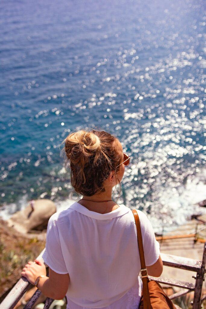 meisje in Italië bij zee