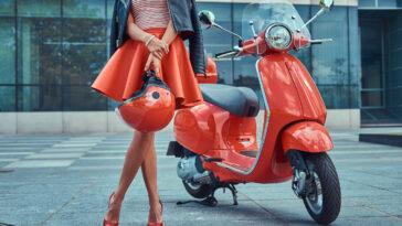 Italiaans meisje met rode minirok en rode scooter