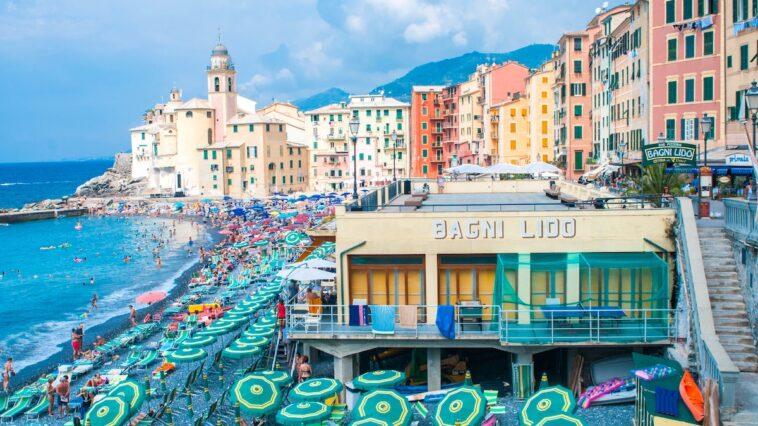 Strand van de kustplaats Camogli in Ligurië